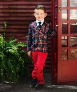 Мальчик в костюме из красного клетчатого пиджака и красных брюках. Научить ребенка одеваться самостоятельно.