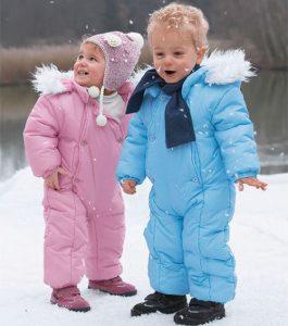 Как одеть ребенка зимой на прогулку на улицу и на выписку. Дети в голубом и розовом комбинезонах.