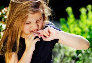 Девочка грызет ноги - дети перенимают вредные привычки родителей.