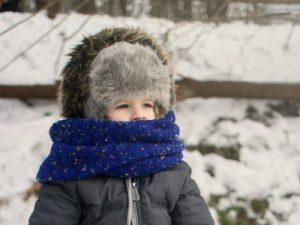 Закутанный ребенок. Детям не холодно.