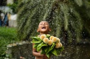 Счастливый ребенок с цветам под дождем - что нужно для счастья и здоровья детей.