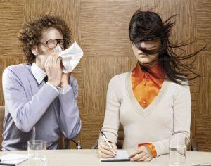 Вредные привычки родителей - громк чихать и кашлять. Чихает так, что волосы у девушки рядом разлетаются;