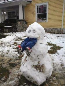 Смешной снеговик с ногами. Как отучить ребенка есть снег?
