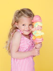 Мороженое для детей - довольная девочка с рожком.