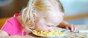 Девочка с лицом в тарелке. Родители должны научить манерам ,потому что этомуне научат в школе.