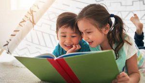 Дети читают книгу. Чем занять ребенка? Советы для родителей в карантин.
