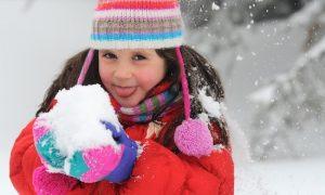 Ребенок ест снег и улыбается. Как отучить ребенка есть снег?