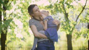 Мама обнимает ребенка.