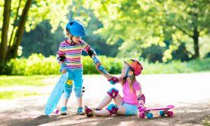 Ребенок помогает встать упавшему. Как объяснить ребенку, что такое доброта.