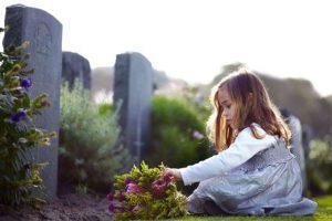 Девочка у могил. Когда можно брать ребенка на похороны?
