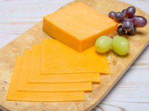 Сыр на разделочной доске с виноградом. Беременным нельзя сыр?