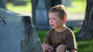 Мальчик плачет у могилы. Когда можно брать ребенка на похороны?