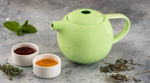 Зеленый и черный чай для кормящей мамы в чайничке.