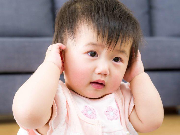 Почему ребенок мотает головой, трясет и крутит из стороны в сторону? Когда начинать беспокоиться