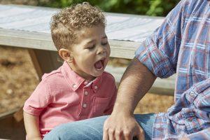 Ребенок кусается за руку. Почему и что делать?