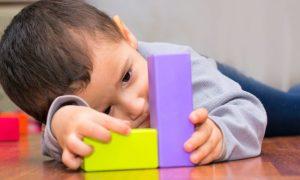 Аутизм - одна из причин, почему ребенок мотает головой.