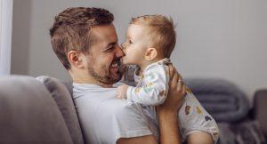 Ребенок кусается за нос, почему и что делать?