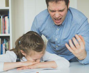 Папа кричит на дочь из-за домашнего задания. Как не злиться на ребенка?