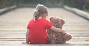 Грустная девочка с игрушкой медведем. Как перестать ненавидеть отца (папу).
