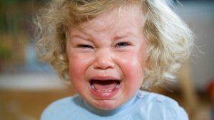 Ребенок плачет и кричит. Как отучить ребенка от истерик.
