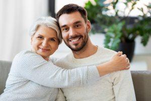 Мама обнимает взрослого сына - каково быть мамой сына?