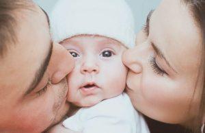 Мама и папа целуют ребенка - как понять, что пора стать родителем?