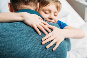 Пап и сын обнимаются - каково быть папой?