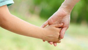Мама и сын держатся за руки. Каково быть мамой мальчика?