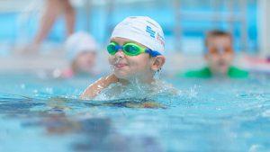 Ребенок плавает в бассейне. Как научить ребенка плавать.